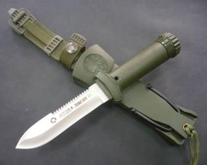 El cuchillo Jungle King III es el más pequeño de los tres.