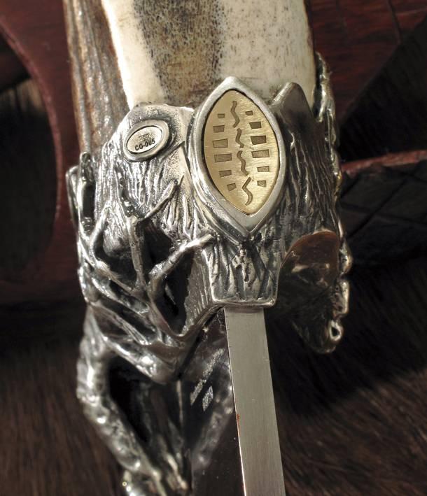 Los cuchillos Muela Safari Series llevan insertada una pieza de oro grabada en la virola