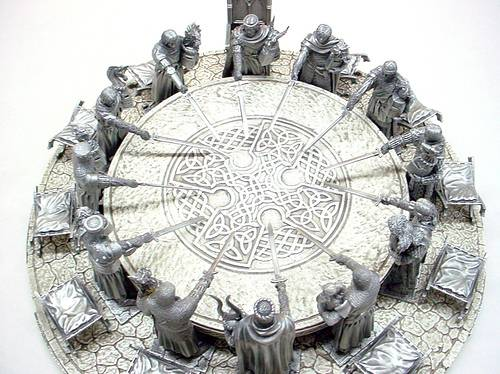 La mesa redonda y los caballeros medievales armados con espadas