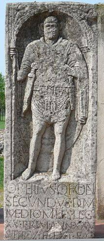 Epígrafe de Quintilus Petilius Secundus con pugio romano