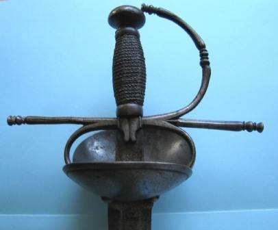 Espada ropera con guarnición de tipo concha