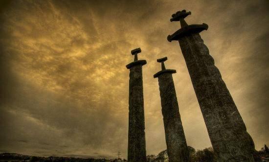 Monumento de Sverd i fjell con espadas vikingas